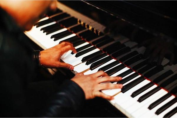 Motivos por los que tocar el piano es benéfico